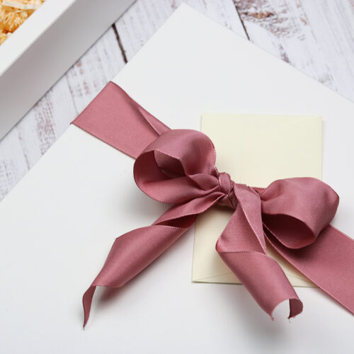 Születésnapi ajándékcsomag nőknek - csokoládé, virág, méz